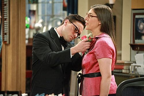 """""""The Pulled Groin Extrapolation"""" -- Sheldon and Penny wonder how they'll get along when Leonard (Johnny Galecki, left) goes to a wedding as Amy's (Mayim Bialik, right) date.  Meanwhile, Howard and Bernadette spend the weekend with Mrs. Wolowitz, on THE BIG BANG THEORY, Thursday, Sept. 29 (8:00-8:31 PM, ET/PT) on the CBS Television Network. Photo: Richard Cartwright/CBS ©2011 CBS Broadcasting Inc. All Rights Reserved"""