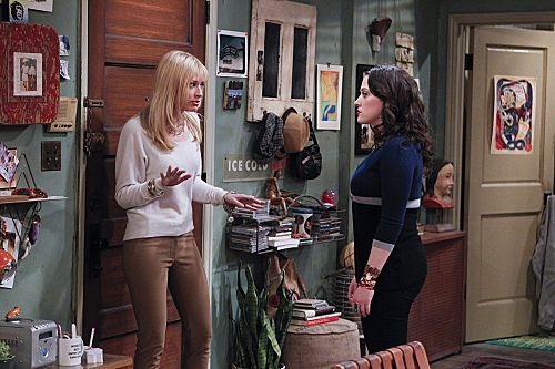 2_Broke_Girls_Season_1_Episode_14_And_The_Upstairs_Neighbor_8-7360-590-700-80