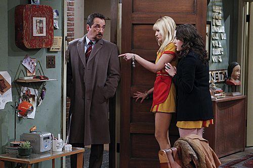 2_Broke_Girls_Season_1_Episode_14_And_The_Upstairs_Neighbor_9-7361-590-700-80