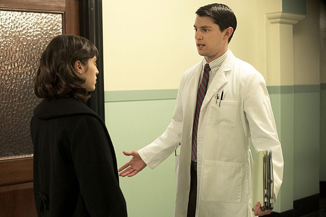 Lizzy Caplan as Virginia Johnson and Nicholas D'Agosto as Dr. Ethan Haas in Masters of Sex (season 1, episode 2)