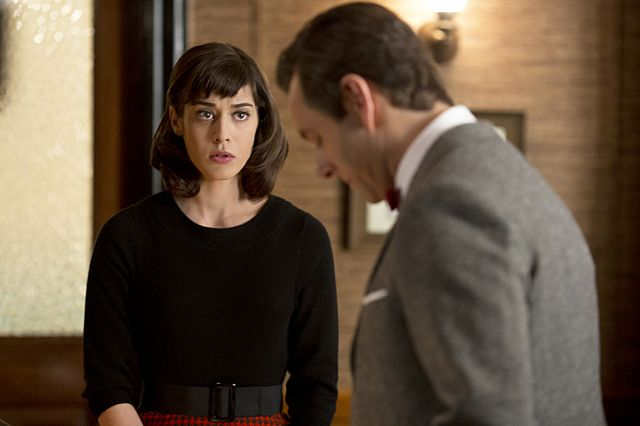 Lizzy Caplan as Virginia Johnson and Michael Sheen as Dr. William Masters in Masters of Sex (season 1, episode 2)