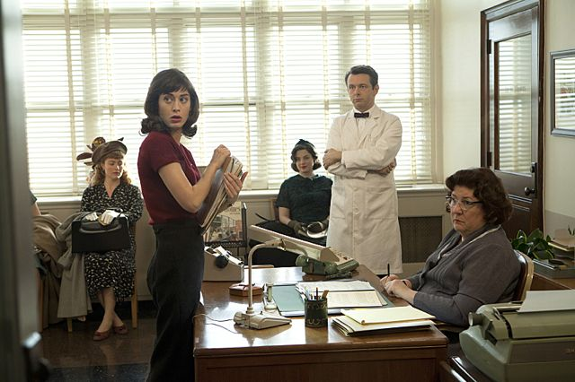 Lizzy Caplan as Virginia Johnson and Michael Sheen as Dr. William Masters in Masters of Sex (season 1, episode 1)