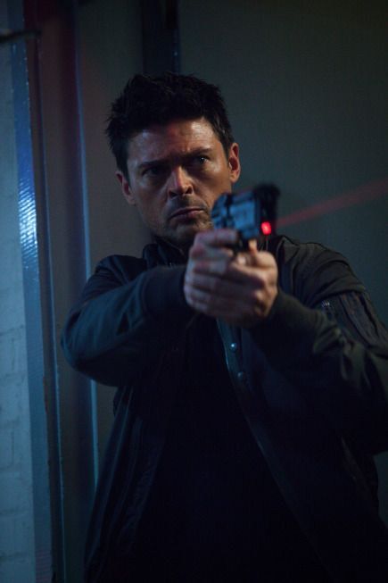 Almost Human 1x8 5
