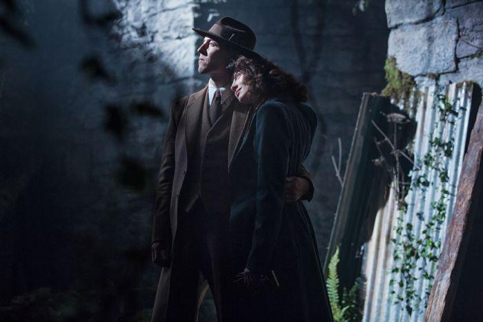 Outlander 2014 Claire Randall (Caitriona Balfe), Frank Randall (Tobias Menzies)