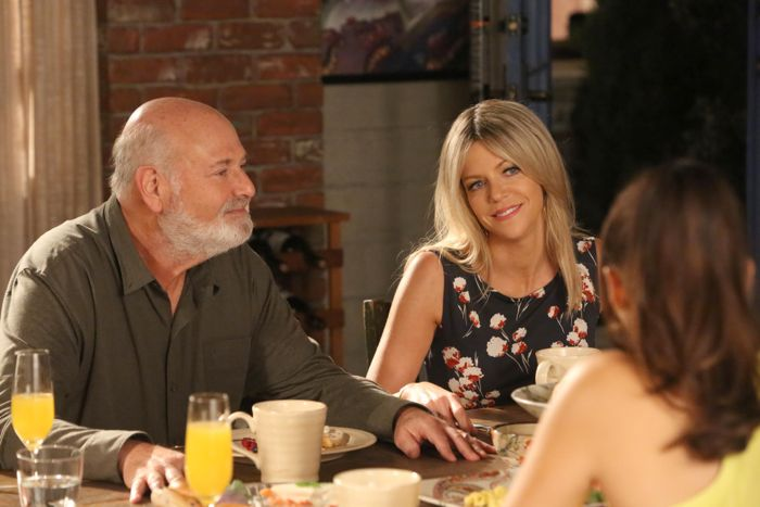 NEW GIRL: Jess' dad (guest star Rob Reiner, L) arrives with his new girlfriend (guest star Kaitlin Olson, R)