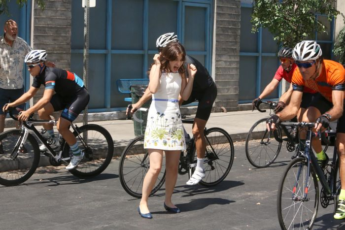 NEW GIRL: Jess (Zooey Deschanel, C) chases after her dad's (guest star Rob Reiner, L)