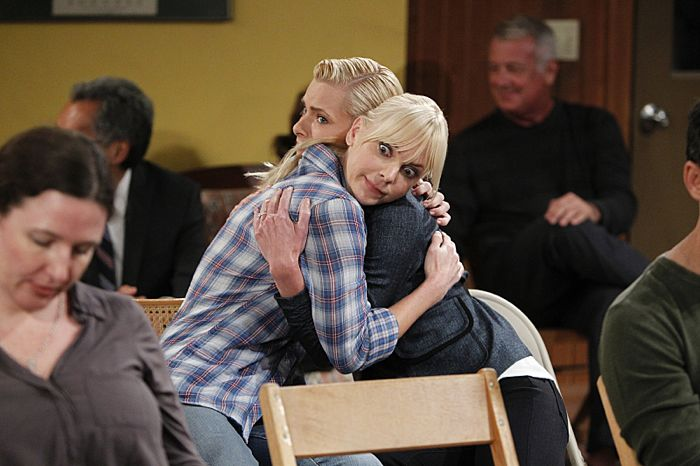 Christy (Anna Faris, right) agrees to help out Jill (Jaime Pressly, left), a woman who is newly sober, on the season premiere of MOM