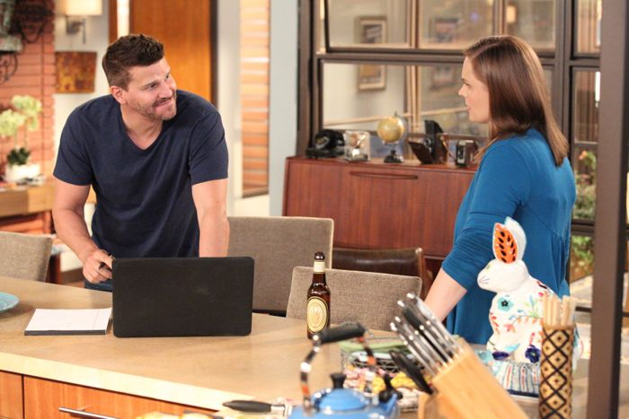 """Bones Brennan (Emily Deschanel, R) welcomes Booth (David Boreanaz, L) home in the """"The Conspiracy in the Corpse"""""""