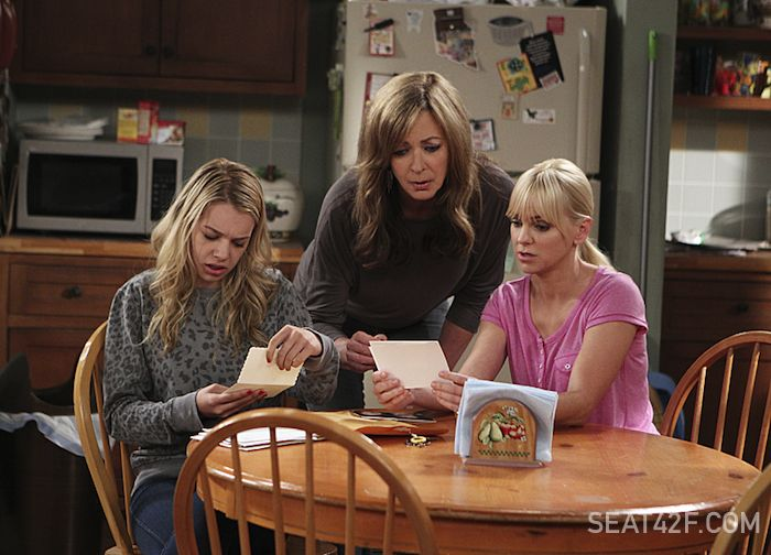 Mom Bonnie (Allison Janney, middle) and Christy (Anna Faris, right