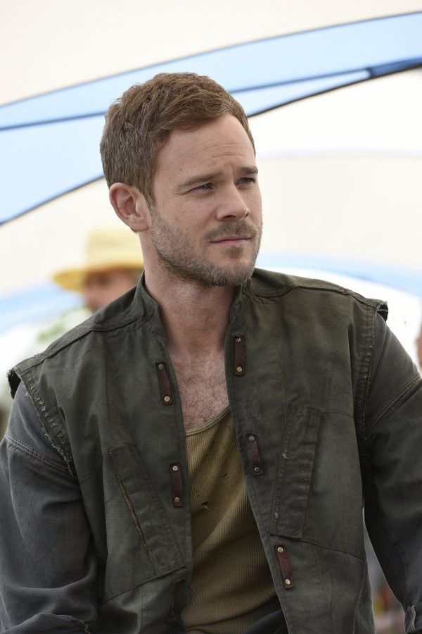 """KILLJOYS -- """"The Harvest"""" Episode 103 -- Pictured: Aaron Ashmore as John -- (Photo by: Steve Wilkie/Temple Street Releasing Limited/Syfy)"""
