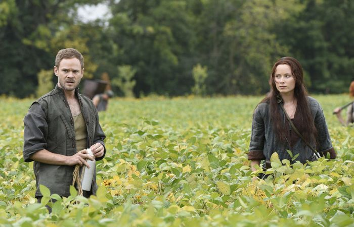 """KILLJOYS -- """"The Harvest"""" Episode 103 -- Pictured: (l-r) Aaron Ashmore as John, Tamsen McDonough as Lucy -- (Photo by: Steve Wilkie/Temple Street Releasing Limited/Syfy)"""