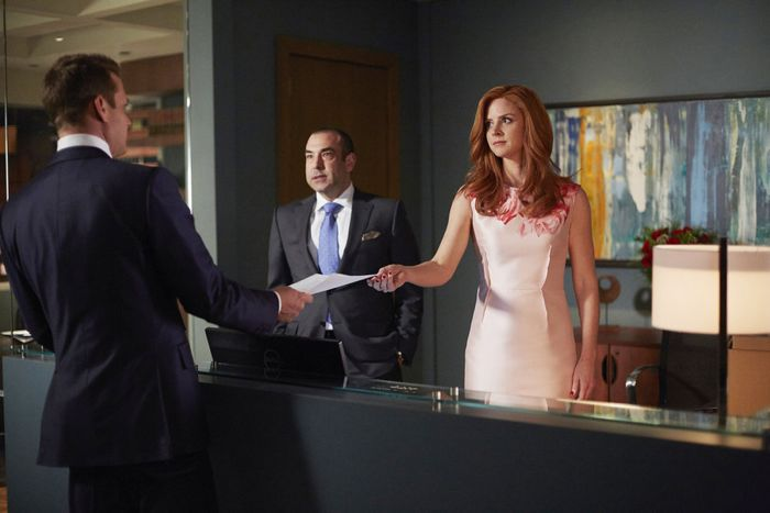 "SUITS -- ""Denial"" Episode 501 -- Pictured: (l-r) Gabriel Macht as Harvey Specter, Rick Hoffman as Louis Litt, Sarah Rafferty as Donna Paulsen -- (Photo by: Shane Mahood/USA Network)"