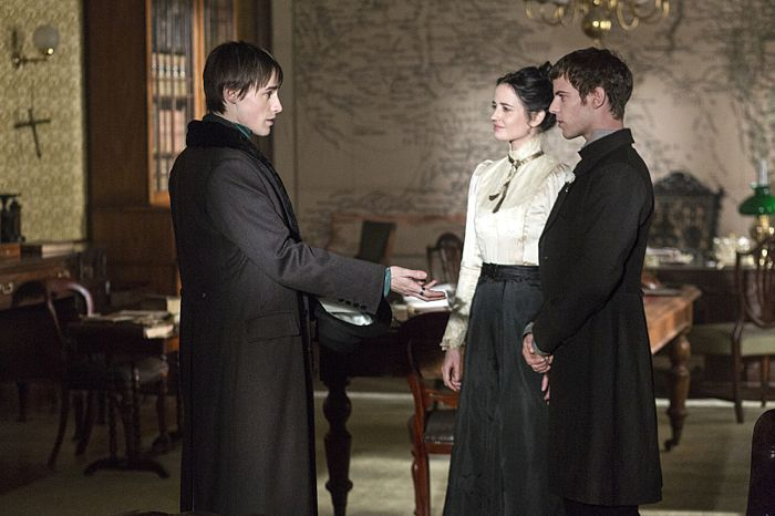Reeve Carney as Dorian Gray, Eva Green as Vanessa Ives and Harry Treadaway as Dr. Victor Frankenstein in Penny Dreadful (season 2, episode 6). - Photo: Jonathan Hession/SHOWTIME - Photo ID: PennyDreadful_206_1038