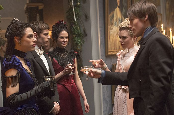 Jonny Beauchamp as Angelique, Harry Treadaway as Dr. Victor Frankenstein, Eva Green as Vanessa Ives, Billie Piper as Lily and Reeve Carney as Dorian Gray in Penny Dreadful (season 2, episode 6). - Photo: Jonathan Hession/SHOWTIME - Photo ID: PennyDreadful_206_3798