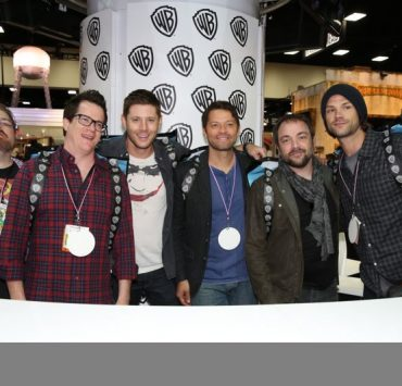 Proudly wearing SUPERNATURAL official Comic-Con 2015 bag/backpacks from Warner Bros. Entertainment and Comic-Con: (L-R) Co-Executive Producer Andrew Dabb, Executive Producer Jeremy Carver, Jensen Ackles (Dean Winchester), Misha Collins (Castiel), Mark A. Sheppard (Crowley) and Jared Padalecki (Sam Winchester). #WBSDCC (©2015 WBEI. All rights reserved.)