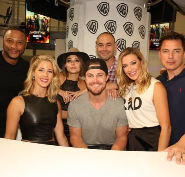 Team ARROW — (l-r) series stars David Ramsey, Emily Bett Rickards, Willa Holland, Stephen Amell, Paul Blackthorne, Katie Cassidy and John Barrowman — during the show's signing in the Warner Bros. booth on Saturday, July 11, at Comic-Con 2015. #WBSDCC (© 2015 WBEI. All Rights Reserved.)