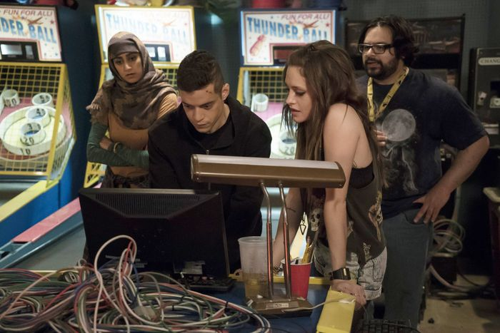 "MR. ROBOT -- ""da3m0ns.mp4"" Episode 104 -- Pictured: (l-r) Rami Malek as Elliot, Carly Chaikin as Darlene -- (Photo by: Virginia Sherwood/USA Network)"