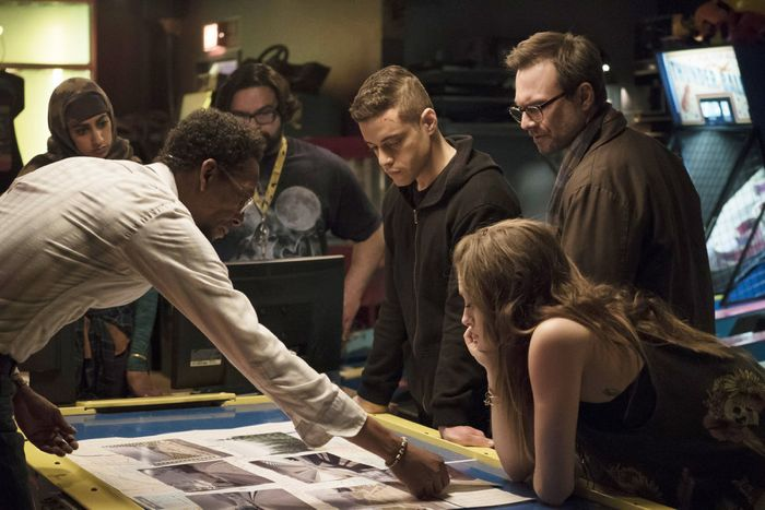 "MR. ROBOT -- ""da3m0ns.mp4"" Episode 104 -- Pictured: (l-r) Ron Cephas Jones as Romero, Rami Malek as Elliot, Christian Slater as Mr. Robot, Carly Chaikin as Darlene -- (Photo by: Virginia Sherwood/USA Network)"