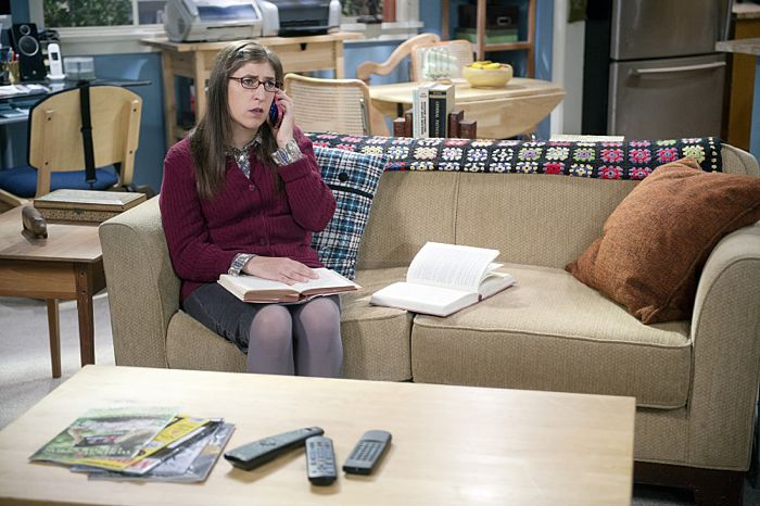 """""""The Matrimonial Momentum"""" -- Sheldon  doesn't know how to act after Amy (Mayim Bialik, pictured) pushes pause on their relationship, on the ninth season premiere of THE BIG BANG THEORY, Monday, Sept. 21 (8:00-8:31 PM, ET/PT), on the CBS Television Network. Photo: Neil Jacobs/CBS ©2015 CBS Broadcasting, Inc. All Rights Reserved"""