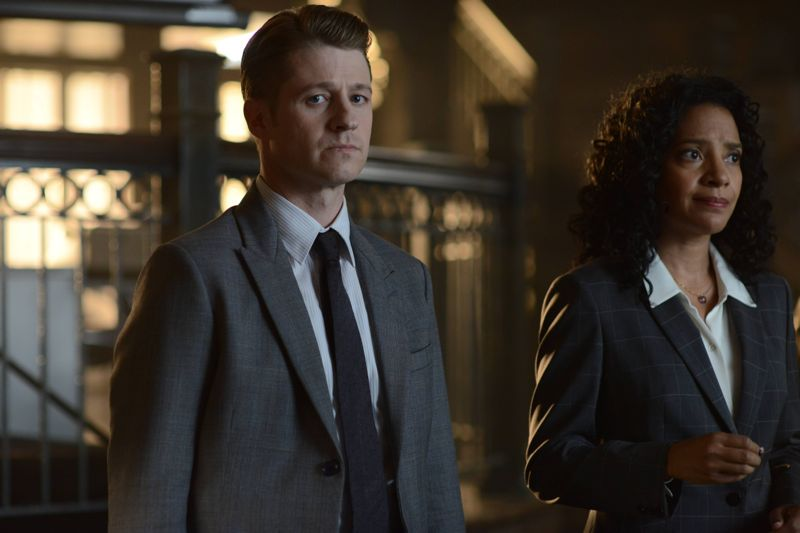 "GOTHAM: (L-R) Gordon (Benjamin McKenzie) and Captain Essen (Zabryna Guevara) in the Rise of the Villains: ""Knock, Knock"" episode of GOTHAM ©2015 Fox Broadcasting Co. Cr: Nicole Rivelli/FOX."