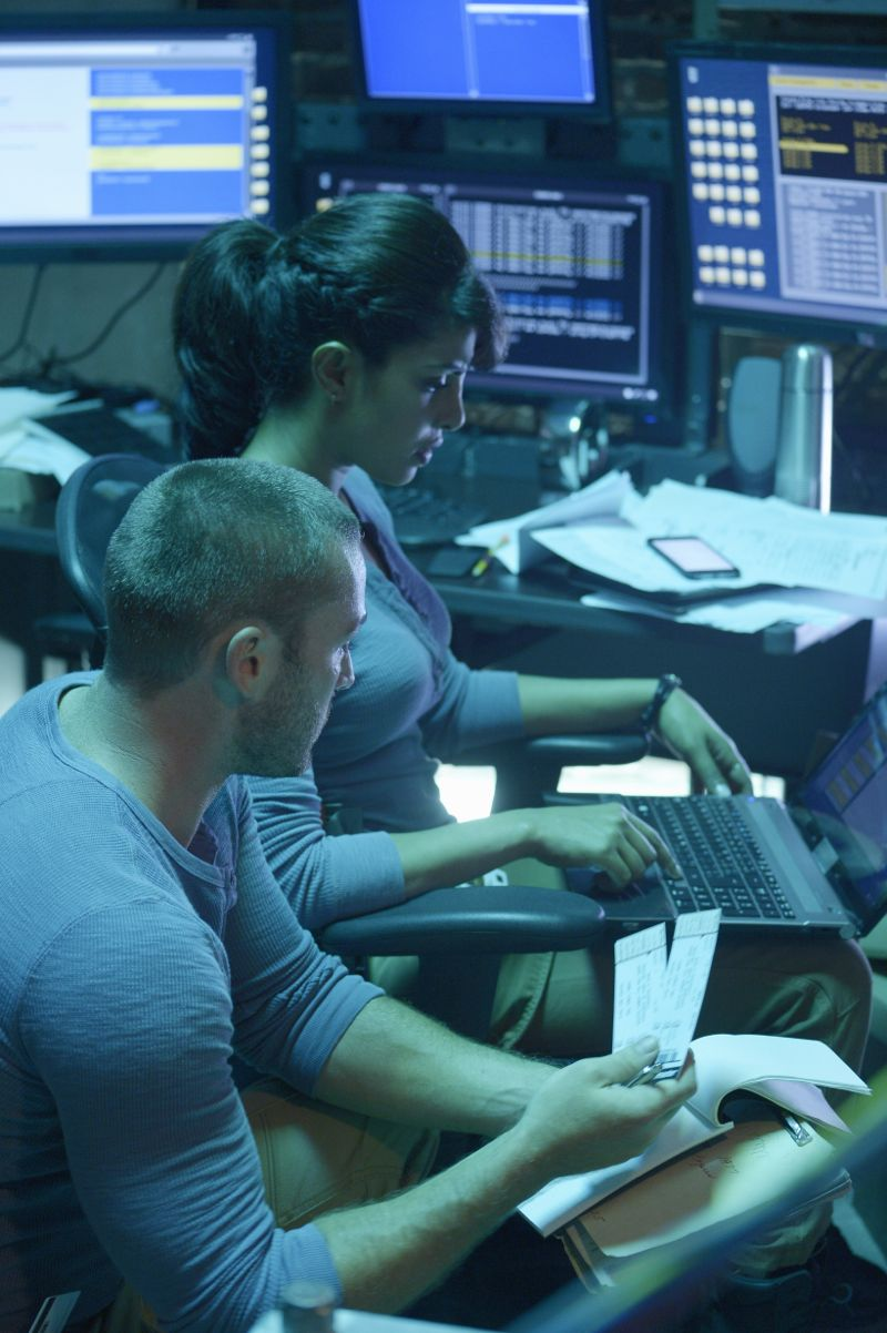 """QUANTICO - """"America"""" -- Alex is on the run and must outsmart Liam and his team to get into her apartment for anything that could help clear her name. Meanwhile, in a flashback to Quantico training, the NATS are tasked with finding a needle in a haystack while looking for potential threats to national security, on """"Quantico"""" SUNDAY, OCTOBER 4 (10:01--11:00 p.m., ET) on the ABC Television Network. (ABC/Phillippe Bosse) JAKE MCLAUGHLIN, PRIYANKA CHOPRA"""