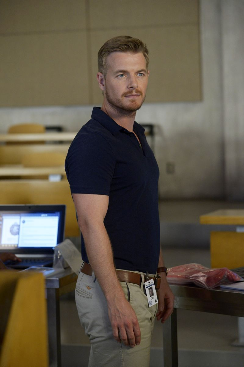 """QUANTICO - """"America"""" -- Alex is on the run and must outsmart Liam and his team to get into her apartment for anything that could help clear her name. Meanwhile, in a flashback to Quantico training, the NATS are tasked with finding a needle in a haystack while looking for potential threats to national security, on """"Quantico"""" SUNDAY, OCTOBER 4 (10:01--11:00 p.m., ET) on the ABC Television Network. (ABC/Phillippe Bosse) RICK COSNETT"""