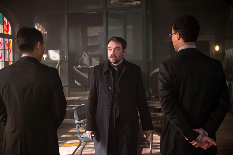 """Supernatural -- """"Out of the Darkness, Into the Fire"""" -- Image SN1102A_0173.jpg -- Pictured: Mark Sheppard as Crowley (CENTER) -- Photo: Diyah Pera/The CW -- © 2015 The CW Network, LLC. All Rights Reserved."""