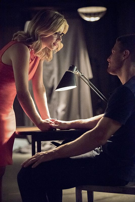 """Arrow -- """"Green Arrow"""" -- Image AR401A_0178b -- Pictured (L-R): Emily Bett Rickards as Felicity Smoak and Stephen Amell as Oliver Queen -- Photo: Dean Buscher /The CW -- © 2015 The CW Network, LLC. All Rights Reserved."""