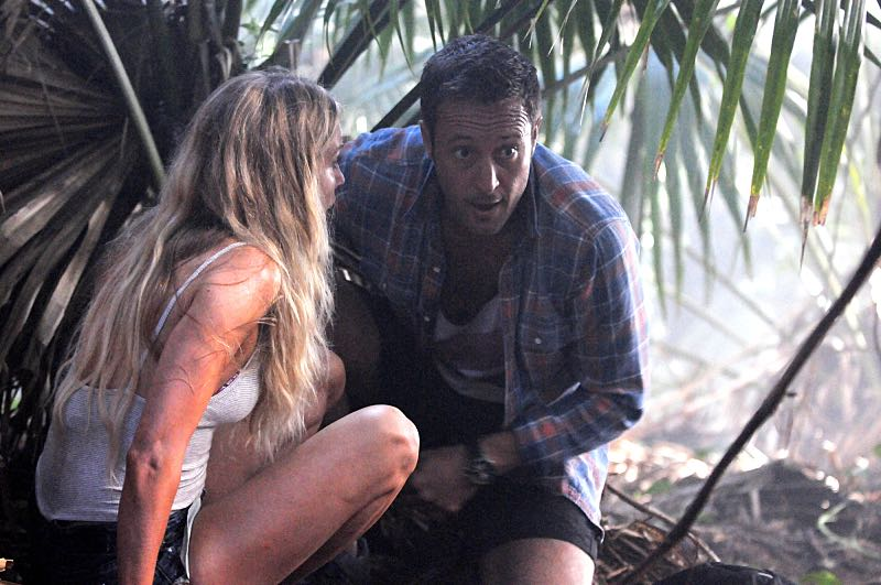 """Na Kama Hele"" -- McGarrett's first date with Lynn (Sarah Carter) on a deserted island turns deadly when a mob boss hiding there hunts them down in order to keep his location a secret. Also, Chin, Kono and Grover must race against the game clock to locate the father of a high school football star who will be murdered by a local gambler if his son doesn't throw the big game, on HAWAII FIVE-0, Friday, Nov. 6 (9:00-10:00 PM, ET/PT), on the CBS Television Network. (*""Na Kama Hele"" is Hawaiian for ""Day Trippers"") From left, Lynn Downey (Sarah Carter) and Steve McGarrett (Alex O'Loughlin), shown. Photo: Norman Shapiro/CBS ©2015 CBS Broadcasting, Inc. All Rights Reserved"