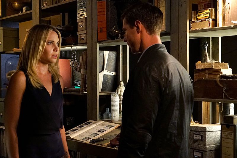 """THE ORIGINALS""The Originals -- ""The Axeman's Letter"" -- Image Number: OG305b_0029.jpg -- Pictured (L-R): Leah Pipes as Cami and Jason Dohring as Detective Will Kinney -- Photo: Annette Brown/The CW -- © 2015 The CW Network, LLC. All rights reserved."