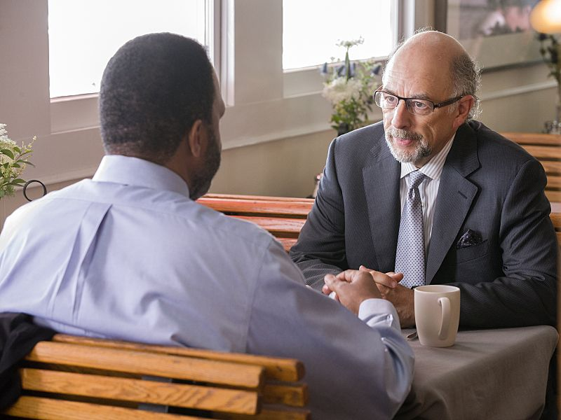Victor Williams as Detective Jeffries and Richard Schiff as Jon Gottlief in The Affair (season 2, episode 5). - Photo: Mark Schafer/SHOWTIME - Photo ID: TheAffair_205_7663