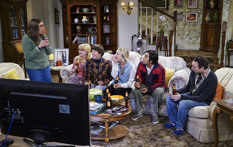 """""""The Helium Insufficiency"""" -- Penny and Bernadette download a dating app on Amy's phone to try and find her a new man, on THE BIG BANG THEORY, Monday, Oct. 26 (8:00-8:30 PM, ET/PT), on the CBS Television Network. Pictured left to right: Mayim Bialik, Melissa Rauch, Simon Helberg, Kaley Cuoco, Kunal Nayyar and Kevin Sussman Photo: Monty Brinton/CBS ©2015 CBS Broadcasting, Inc. All Rights Reserved"""