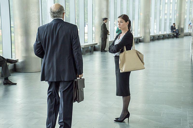 Richard Schiff as Jon Gottlief and Maura Tierney as Helen in The Affair (season 2, episode 4). - Photo: Mark Schafer/SHOWTIME - Photo ID: TheAffair_204_8088