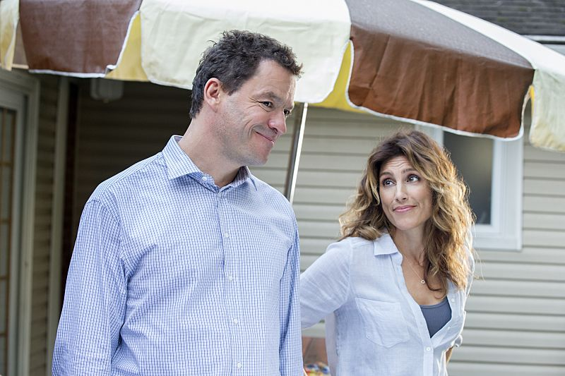 Dominic West as Noah and Jennifer Esposito as Nina and in The Affair (season 2, episode 4). - Photo: Mark Schafer/SHOWTIME - Photo ID: TheAffair_204_7453