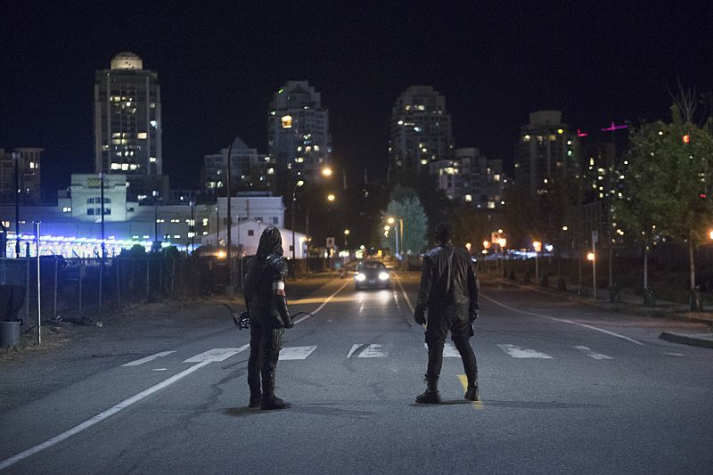 "Arrow -- ""Restoration"" -- Image AR403A_0316b.jpg --Pictured (L-R): Stephen Amell as The Arrow and David Ramsey as John Diggle -- Photo: Diyah Pera /The CW -- © 2015 The CW Network, LLC. All Rights Reserved."