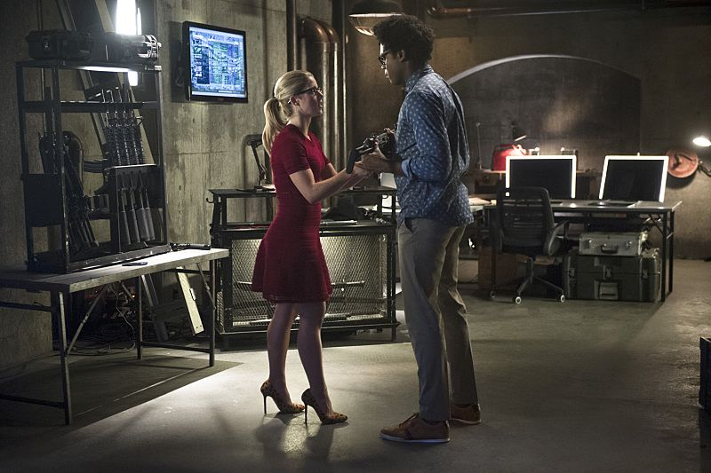 "Arrow -- ""Restoration"" -- Image AR403A_0003b.jpg -- Pictured (L-R): Emily Bett Rickards as Felicity Smoak and Echo Kellum as Curtis Holt -- Photo: Diyah Pera /The CW -- © 2015 The CW Network, LLC. All Rights Reserved."