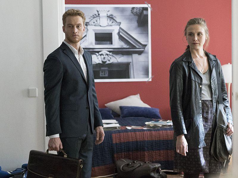 Alexander Fehling as Jonas and Sarah Sokolovic as Laura Sutton in Homeland (Season 5, Episode 2). - Photo: Stephan Rabold/SHOWTIME - Photo ID: Homeland_502_0216.R