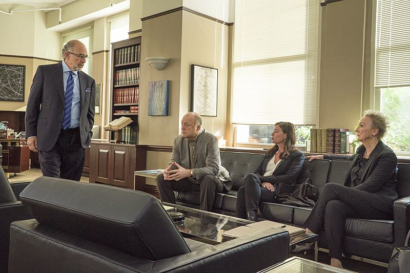 Richard Schiff as Jon Gottlief, John Doman as Bruce, Maura Tierney as Helen and Kathleen Chalfant as Margaret in The Affair (season 2, episode 6). - Photo: Mark Schafer/SHOWTIME - Photo ID: TheAffair_206_7849