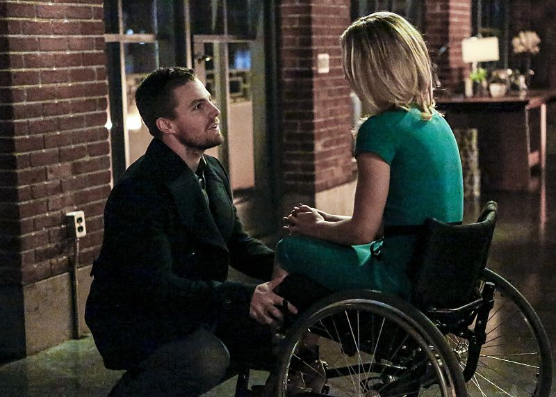 "Arrow -- ""Sins of the Father"" -- Image ARR413a_0047b.jpg -- Pictured (L-R): Stephen Amell as Oliver Queen and Emily Bett Rickards as Felicity Smoak -- Photo: Bettina Strauss/ The CW -- © 2016 The CW Network, LLC. All Rights Reserved."
