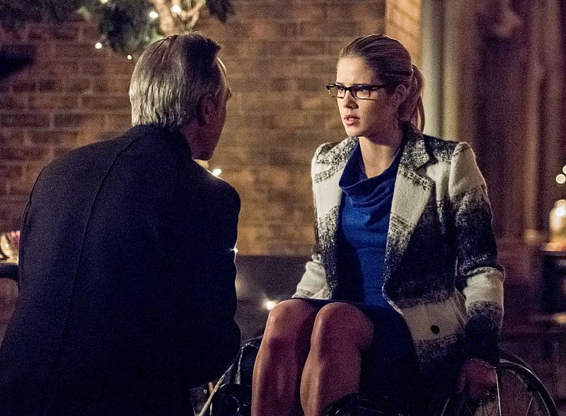 "Arrow -- ""Sins of the Father"" -- Image AR413A_0252b.jpg -- Pictured (L-R): Tom Amandes as Noah Kuttler / The Calculator and Emily Bett Rickards as Felicity Smoak -- Photo: Dean Buscher/ The CW -- © 2016 The CW Network, LLC. All Rights Reserved."