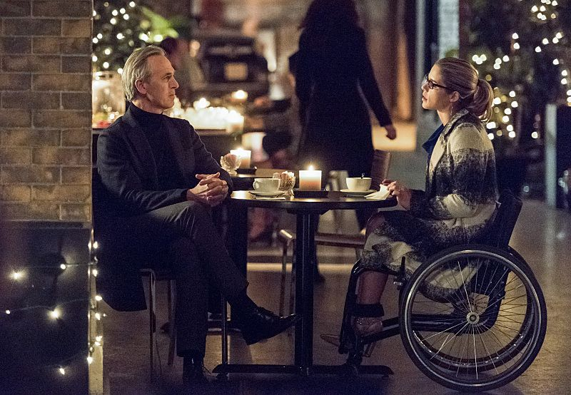 "Arrow -- ""Sins of the Father"" -- Image AR413A_0187b.jpg -- Pictured (L-R): Tom Amandes as Noah Kuttler / The Calculator and Emily Bett Rickards as Felicity Smoak -- Photo: Dean Buscher/ The CW -- © 2016 The CW Network, LLC. All Rights Reserved."