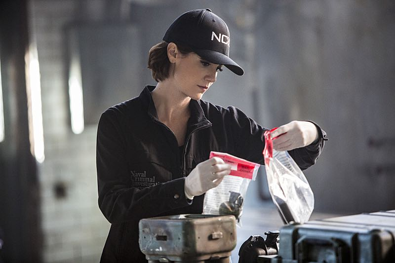 """""""Means to an End"""" -- The NCIS team discovers a surveillance van filled with photos documenting Special Agent Pride's every move after his daughter Laurel is attacked on campus and placed in protective custody, on NCIS: NEW ORLEANS, Tuesday, March 22 (9:00-10:00 PM, ET/PT), on the CBS Television Network. Pictured: Zoe McLellan as Special Agent Meredith """"Merri"""" Brody Photo: Skip Bolen/CBS ©2016 CBS Broadcasting, Inc. All Rights Reserved"""
