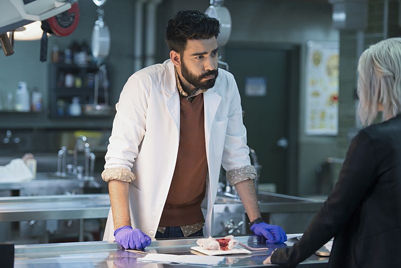 "iZombie -- ""He Blinded Me With Science"" -- Image Number: ZMB215b_0365.jpg -- Pictured (L-R): Rahul Kohli as Ravi and Rose McIver as Liv -- Photo: Diyah Pera/The CW -- © 2016 The CW Network, LLC. All rights reserved."