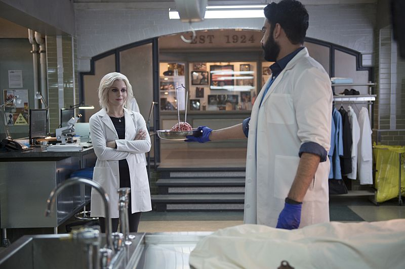 "iZombie -- ""He Blinded Me With Science"" -- Image Number: ZMB215b_0125.jpg -- Pictured (L-R): Rose McIver as Liv and Rahul Kohli as Ravi -- Photo: Diyah Pera/The CW -- © 2016 The CW Network, LLC. All rights reserved."