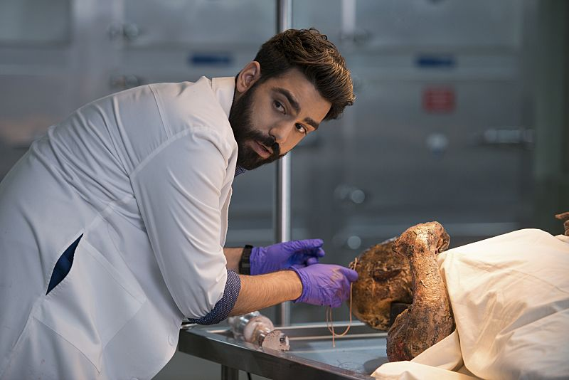 "iZombie -- ""He Blinded Me With Science"" -- Image Number: ZMB215b_0095.jpg -- Pictured: Rahul Kohli as Ravi -- Photo: Diyah Pera/The CW -- © 2016 The CW Network, LLC. All rights reserved."