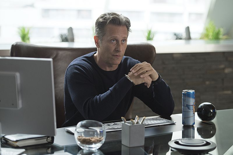 "iZombie -- Image Number: ZMB215a_0042.jpg -- ""He Blinded Me With Science"" -- Pictured: Steven Weber as Vaughn -- Photo: Diyah Pera/The CW -- © 2016 The CW Network, LLC. All rights reserved."