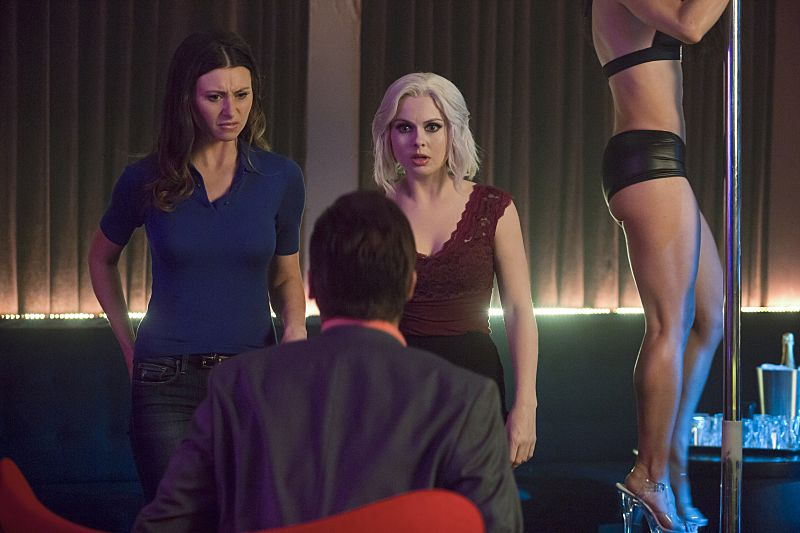"""iZombie -- Image Number: ZMB216b_0227.jpg -- """"Pour Some Sugar, Zombie"""" -- Pictured (L-R): Aly Michalka as Peyton and Rose McIver as Liv -- Photo: Katie Yu/The CW -- © 2016 The CW Network, LLC. All rights reserved."""