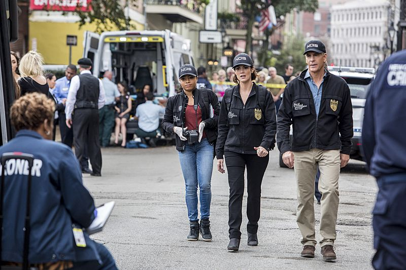 """""""If it Bleeds, it Leads"""" -- NCIS Special Agent Brody believes that a sailor hit by a party bus in the French Quarter is connected to her sister's death after the NCIS team discovers similarities between the two. Also, the team prepares for St. Patrick's Day festivities in New Orleans, on NCIS: NEW ORLEANS, Tuesday, March 15 (9:00-10:00 PM, ET/PT), on the CBS Television Network. Pictured L-R: CCH Pounder as Dr. Loretta Wade, Shalita Grant as Sonja Percy, Zoe McLellan as Special Agent Meredith """"Merri"""" Brody, and Scott Bakula as Special Agent Dwayne Pride Photo: Skip Bolen/CBS ©2016 CBS Broadcasting, Inc. All Rights Reserved"""