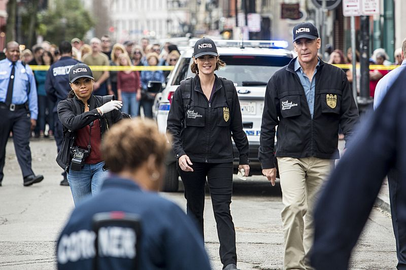 """""""If it Bleeds, it Leads"""" -- NCIS Special Agent Brody believes that a sailor hit by a party bus in the French Quarter is connected to her sister's death after the NCIS team discovers similarities between the two. Also, the team prepares for St. Patrick's Day festivities in New Orleans, on NCIS: NEW ORLEANS, Tuesday, March 15 (9:00-10:00 PM, ET/PT), on the CBS Television Network. Pictured L-R: Shalita Grant as Sonja Percy, CCH Pounder as Dr. Loretta Wade, Zoe McLellan as Special Agent Meredith """"Merri"""" Brody, and Scott Bakula as Special Agent Dwayne Pride Photo: Skip Bolen/CBS ©2016 CBS Broadcasting, Inc. All Rights Reserved"""