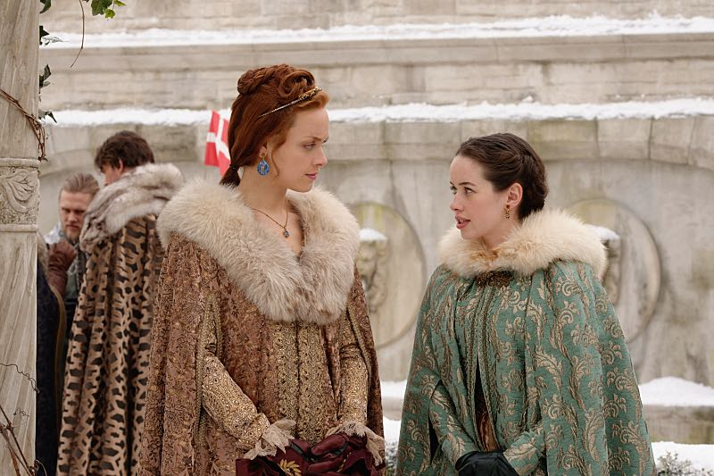 """Reign -- """"Clans"""" -- Image Number: RE316a_0085.jpg -- Pictured (L-R): Rachel Skarsten as Queen Elizabeth I and Anna Popplewell as Lola -- Photo: Ben Mark Holzberg/The CW -- © 2016 The CW Network, LLC. All rights reserved."""